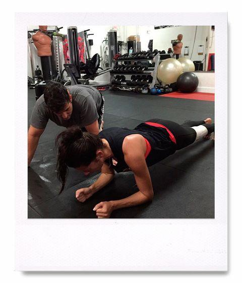 <p>Cuando no está boxeando, Adriana no desprecia el poder de una plancha... Su entrenador tampoco.</p>