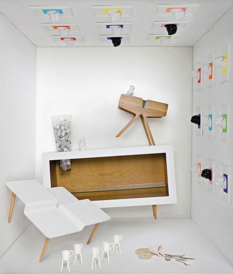 <p>De arriba/abajo: <strong>Perro pop art.</strong> El <i>Bulldog Warhol</i> es de cerámica y se enmarca en un fondo de color personalizable. De Jean Porsche, en The Interiorlist, desde 30 €/cu. <strong>En madera de roble,</strong> mesita <i>Pteron,</i> con cajones laterales y apertura superior. De Pilar de Prada, editada por Dat Project, 895 €. <strong>Con jarrón incorporado,</strong> en encina o fresno, es <i>Frida,</i> de Claudia Bueno (Estudio Nuba), 1.000 €. <strong>Dinámica.</strong> Mesa <i>Tectónica</i> de Corian fracturado en 4 niveles, de Díez+Díez Diseño, 600 €. <strong>Tazas andarinas.</strong> Con patas de porcelana, mod. <i>Jirafa,</i> de Raúl Lázaro, 60 €/2 uds.</p>
