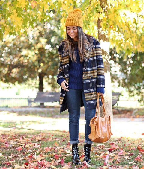 <p>Un mix muy otoñal para el frío con gorro mostaza, jeans y botines.</p>