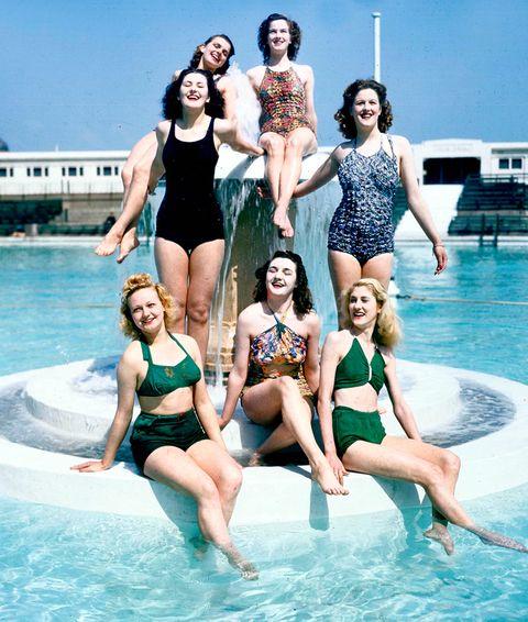 <p>En 1946 ya se veía <strong>mezclado el bañador y el bikini</strong> en las producciones de moda de la época.</p>