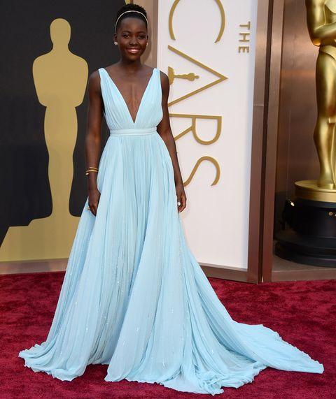 <p>Para recoger su Oscar&nbsp;<strong>Lupita Nyong'o </strong>hizo una aparición espectacular&nbsp;en la alfombra roja con un vestido de inspiración griega en azul pastel con escote en uve y plisado de <strong>Prada</strong>, diadema dorada a juego con su joyas de <strong>Fred Leighton</strong> y sandalias también de Prada.</p>