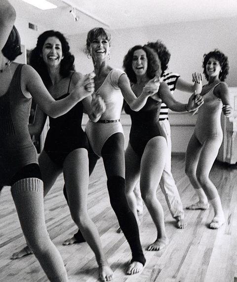 <p><strong>Jane Fonda</strong> ya auguraba una nueva forma de hacer ejercicio que no fuera en la máquina de pesas de un gimnasio. Sus clases de aerobic nos inspiran para darnos cuenta de que, el ejercicio, es perfectamente adaptable al salón de tu casa.</p><p>Casi medio siglo más tarde de aquel furor<i> made by Fonda</i>, y en la era de las nuevas tecnologías, la figura del <i>coach</i> 2.0 arrasa en la industria del <i>fitness: </i>una vía para acceder al entrenamiento personal a través de la pantalla del ordenador. ¿Ventajas? No tienes que moverte de casa y suele ser más económico. ¿Inconvenientes? Las opciones <i>fit</i> en la red se reproducen de forma vetiginosa y muchas veces, no sabes de quién te puedes fiar (y haces bien).</p><p>Fijarte en los programas que son escalonados (que van poco a poco), mirar el currículum del entrenador al detalle y valorar cómo describen los ejercicios (explican bien el movimiento de tus músculos, te advierten de posibles lesiones, etc), son algunos de los consejos para caer con buenas propuestas.</p>