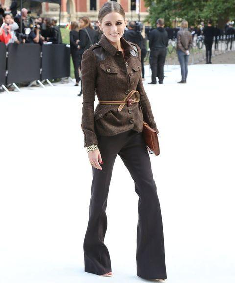 <p>Olivia Palermo asisitó al desfile de Burberry Prorsum con chaqueta marrón jasapeada abotonada y cinturón, y pantalones con pata de elefante.</p>