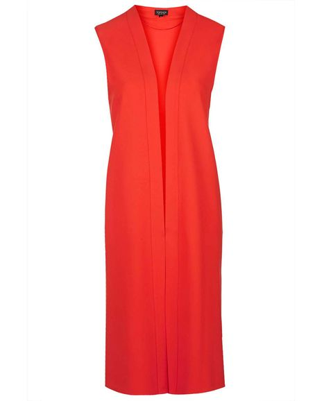 <p>Creemos que Kate dará un toque actual a su look, y en vez de llevar abrigo, lucirá un chaleco largo rojo como éste de <strong>Topshop (55 €).</strong></p>
