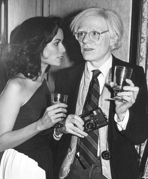 <p>El 'centro de operaciones' del artista, conocido como '<strong>La Fábrica</strong>', siempre ocurría algo nuevo: mientras uno hacía una serigrafía, el otro pensaba y el siguiente rodaba una película.&nbsp&#x3B;</p><p><strong>The Factory</strong>&nbsp&#x3B;fue un auténtico hervidero de tendencias y su artífice,&nbsp&#x3B;<strong>Andy Warhol, </strong>propulsor de 'it girls' y personajes del momento. Las fiestas clandestinas de este lugar son más que sonadas, donde el sexo libre, las drogas y mucha diversión eran la nota sonante. ¿La música?&nbsp&#x3B;Lou Reed, Bob Dylan, Brian Jones o Mick Jagger, entre otros. ¿Los asistentes? &nbsp&#x3B;Truman Capote, Salvador Dalí, Edie Sedgwick, Gerard Malanga, Ivy Nicholson, Ingrid Superstar y un sinfín de famosos más. ¿La clave? No había reglas del juego, todo estaba permitido.&nbsp&#x3B;</p>