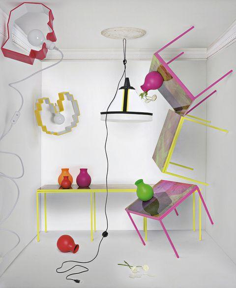 <p><strong>De arriba/abajo: Los moldes de galletas</strong> sirven de inspiración a las lámparas <i>Meme Lamps,</i> con bombillas a la vista. Creadas por Yuri Sviridov, la <i>Head Lamp</i> cuesta 500 €, y la Pac Man, 650 €. <strong>Versátil.</strong> Realizada en tejido y metal, es la lámpara <i>Drumbox,</i> de Diesel para Foscarini, 426 €, en Lago Store. <strong>Explosivo y excéntrico.</strong> Así es el diseño de <i>Party 1+3,</i> una mesa grande con 3 pequeñas que se ocultan (o no) debajo. Es obra de Berta Pascual, de La Condesa 131, 3678,40 €. <strong>¡Son de goma!</strong> Jarrones diseñados por Henriette Melchiorsen, entre 20 € y 80 €, en Caoba del Sur.</p>