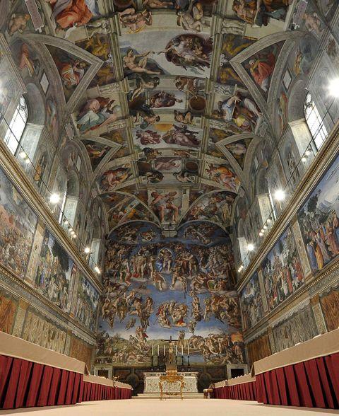 <p>Es, sin duda, el techo más famoso del mundo: esta espectacular obra maestra del renacentista Miguel Ángel deja sin palabras a cualquiera que la contemple. La bóveda se divide en nueve espacios, en cada uno de los cuales se narra un acontecimiento bíblico.</p>