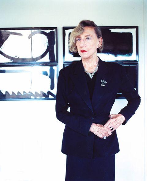 """<p>No fue el frío ni la nieve de París lo que traspasó fronteras y el pasado sábado 19 nos heló la sangre a todos los <i>designlovers,</i> fue la noticia de la muerte de la gran dama del diseño. Nuestra diosa, Andrée Putlman, nos decía adiós a los 87 años.</p><p>Nos quedan sus obras, el primer auténtico y verdadero hotel boutique el Morgan de Nueva York, con sus cuadrículas de azulejos blancos y negros (que muchos hemos copiado) sus restaurantes, sofás, consolas, marcos y hasta la cabina del Concord. Ella reeditó a los clásicos como Mariano Fortuny o la maravillosa Eilenn Gray y reinventó objetos y muebles desde los más cotidianos como unas tazas y una cafetera para Nespresso, hasta la más sofisticada mesa de trabajo o armario-baúl para Poltrona Frau, o Bisazza que podamos soñar. Diseñó espectaculares tiendas como la icónica Masion Guerlain en París, en los Champs Elisees, Balenciaga, Thierry Mugler... otras más funcionales pero glamurosas como la de Helena Rubistein en Osaka, hoteles megamodernos como el Rivage, que hoy lleva su nombre, y una larga larguísima lista de la que hemos rescatado algunos, como las escaleras de los grandes almacenes Bon Marché, ¡simplemente divinas! el sofá Belle Etoile para Serralunga ¡precioso! o las sillas industrales para Emeco ¡ya un clásico!</p><p>Nos queda su pasión por la vida, su elegancia innata,&nbsp; el gusto por vestir de negro, o de blanco y negro, y su lección vital. Ese savoir faire y vivir hasta los 87 recorriendo nuevas tiendas, exposiciones, ferias y partys variopintos en París, Nueva York, Milán... ¡era una suerte encontrarla y ver en vivo y en directo cómo esta joven de 87 años -ejercía de embajadora del glamour-&nbsp; agotaba su pasión por el diseño, por seguir aprendiendo, presumiendo de años y labios rojos. Alta, delgada y con su eterno bucle... y siempre marcando estilo. Madame Putman ¡ha sido un placer! Más información en <a href=""""http://www.andreeputman.com"""" target=""""_blank"""">www.andreeputman.com</a>.</p>"""