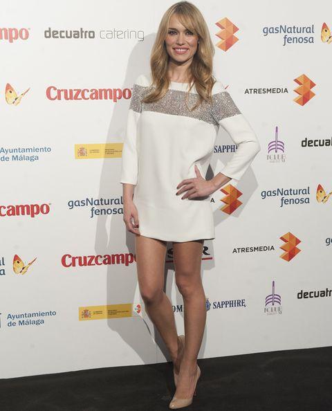 <p>La presentadora <strong>Patricia Conde</strong> apostó por un little white dress con detalle de strass en plata más pumps de color nude.</p>