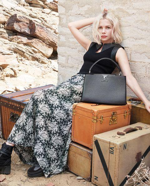 """<p>Las grandes firmas y las <i>celebs</i> de más actualidad también se apuntan a la fiebre viajera: <a href=""""http://es.louisvuitton.com/esp-es/homepage?campaign=sem_bran_brex"""" target=""""_blank"""">Louis Vuitton</a> acaba de lanzar su última campaña bajo el título '<strong>El Espíritu del Viaje</strong>', y protagonizada por <strong>Michelle Williams</strong> y <strong>Alicia Vikander </strong>y icónicos bolsos como <i>Capucines</i> o <i>Twist</i>.</p><p>Imágenes del espectacular y salvaje desierto de Palm Springs (California), capturadas por el reputado fotógrafo Patrick Demarchelier, tratan de representar la búsqueda de libertad y aventura, propia de la mujer<strong> Louis Vuitton</strong>.</p>"""