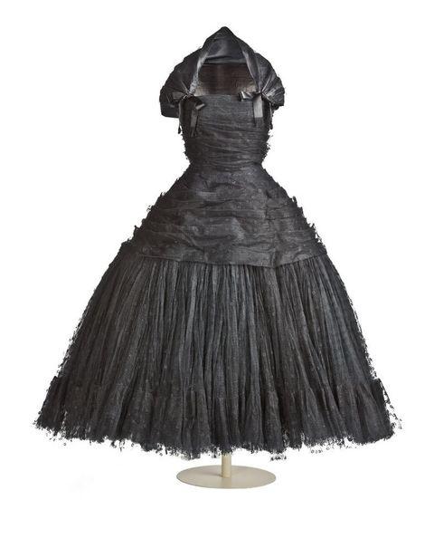 <p>Para crearla el modisto se fijó en la pieza que <strong>M.ª Luisa de Borbón-Parma</strong> llavaba (Museo Nacional del Prado) en la obra de <strong>Agustín Esteve</strong> (réplica de <strong>Goya</strong>). Largo y confeccionado en gasa de algodón, la espalda cubre todo el cuello. Al detalle: pequeñas florecitas bordadas.&nbsp&#x3B;</p><p>Es otra de las 20 piezas que se han trasladado de forma temporal al&nbsp&#x3B;<strong>Museo del Traje de Madrid.&nbsp&#x3B;</strong></p>