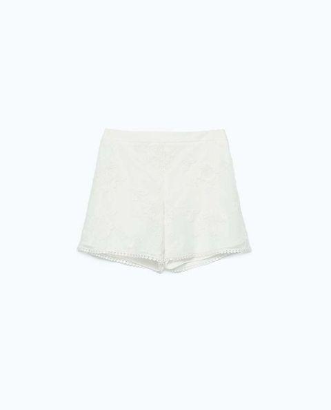 <p>En blanco, con dobladillo de guipur de<strong>Zara</strong>(23 €)</p>