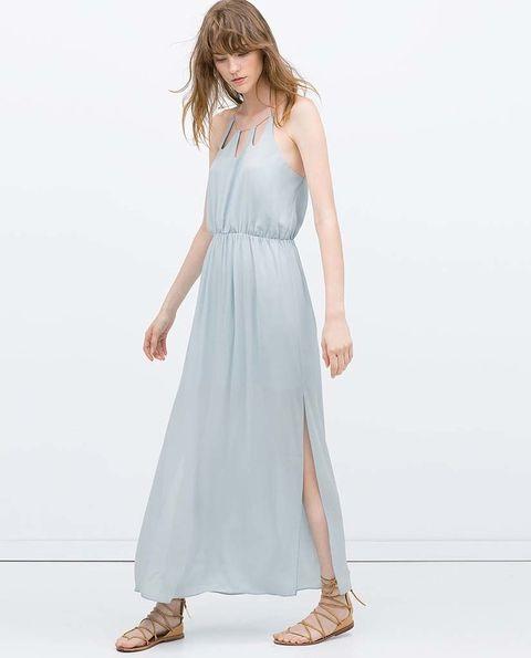 <p>Ellas sí. A todas horas. Vestidos de seda, blusas de algodón orgánico, vaqueros eco...&nbsp&#x3B;</p><p>Vestido vaporoso largo en azul pastel de Zara (40 €).</p>