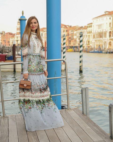 <p><strong>Veronica Ferraro</strong> estupenda en plena Venecia con un diseño colorido y dulce.</p>