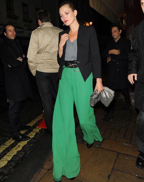 <p>Auténtico flechazo con este outfit de <strong>Kate Moss</strong> con pantalones anchos verdes, top gris y blazer corta negra. <strong>Fichamos... </strong>su cinturón fajín.</p>