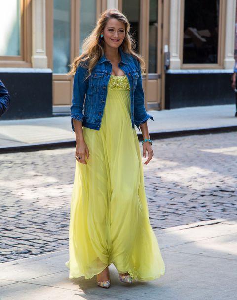 <p><strong>Blake Lively</strong> consigue la mezcla perfecta con este vestido largo en amarillo con detalles joya en el pecho de <strong>Jenny Packham</strong>, más una cazadora 'denim'. Fichamos también sus coloridos salones.</p>