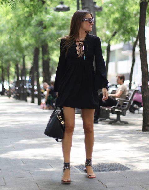 <p>Un vestido negro de manga larga siempre te servirá para el frío de la oficina, y con las mangas rremangadas, también para las altas temperaturas.</p>