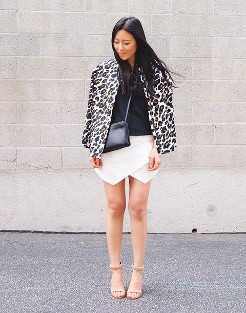 <p>Este look nos encanta. falda origami, top negro y chaqueta de print animal.&nbsp;</p>