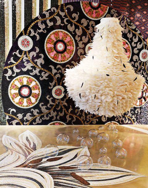 <p>En la <strong>lámpara</strong> <i>Lustre Goutte</i> de plumas de oca y gallo negro, de 1,20 m de altura, de Mat &amp; Jewski, 2.553,29 €, en Años Luz. Sobre el suelo, en el que se combina la piedra <i>Val d' Isère</i>, de Estudio Arqué, y el mosaico, de SICIS, <strong>bolas de cristal,</strong> 15, 18 y 21 €/cu, de Roche Bobois. En la pared, <strong>panel de mosaico,</strong> col. <i>Colibrí</i> de SICIS, hecho a mano por Estudio Arqué e inspirado en los lujosos ornamentos de Europa del Este.</p>