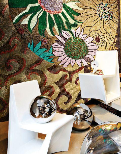 <p>Así son estas<strong> sillas</strong> en polietileno lacado, diseño de Joaquín Torres y Rafael Llamazares, de A-cero, fabricadas por Vondom, 600 €/cu, en A-cero In. <strong>Reloj</strong> <i>Ceramic Clock</i> de George Nelson, 219 €, en Vitra; <strong>máscara</strong> de terciopelo, 95 €, de Baden-Baden. <strong>Bolas</strong> de porcelana esmaltada en acero, 276 y 558 €/cu, de Roche Bobois. Brillan junto al panel de mosaico artístico hecho por Estudio Arqué con las colecciones <i>Natural</i> y <i>Colibrí</i> de SICIS.</p>