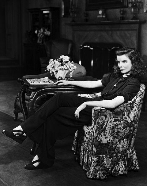 """<p>Desde pequeña se había mostrado independiente y cuando creció, lo llevó a su estilo: pantalones anchos, trajes, camisas masculinas, chaquetas grandes, puro 'tomboy'. <strong>Katherine Hepburn</strong> quería libertad de movimientos y, en sus salidas públicas y sus películas (controlaba personalmente el vestuario de cada filme), convenció a las mujeres de la comodidad del pantalón. Cuando le preguntaban por el asunto, respondía: """"Cada vez que oigo a un hombre decir que prefiere a las mujeres con faldas le digo, 'Ponte una, ponte una falda"""".</p>"""