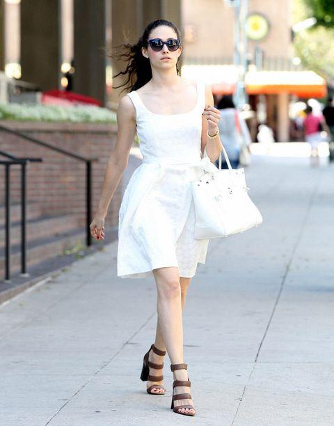 <p><strong>Emmy Rossum</strong> nos conquista con este sencillo pero elegante street style: 'little white dress' lady, sandalias en piel de triple tira y bolso de mano también blanco.&nbsp;</p>