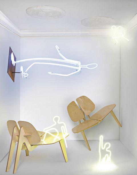 <p><strong>De arriba/abajo: Techo neoclásico.</strong> Esculpido con elegantes molduras de escayola, de Rocarti, c.p.v. <strong>Siluetas fluorescentes.</strong> Pertenecientes a la colección <i>Gente de luz,</i> de Mª José Gutiérrez Encinas, son esculturas de lámparas de neón basadas en los dibujos que hacemos de niños. ¿Su precio? Las pequeñas, <i>Hombrecitos de neón,</i> 300 €, y la grande, <i>Señor de la luz</i> –que mide 155 cm de alto–, 1.600 €. <strong>Ergonómica.</strong> Concebida por Íñigo González-Haba, la butaca <i>Ch.01</i> está realizada en madera de abedul contrachapada y se monta fácilmente. Cuesta 600 € aprox. </p>