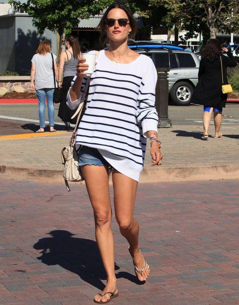 <p>La top<strong> Alessandra Ambrosio</strong>decide que las rayas marineras son la clave de cualquier street style. Haz como ella y lúcelas con tus shorts denim.</p>