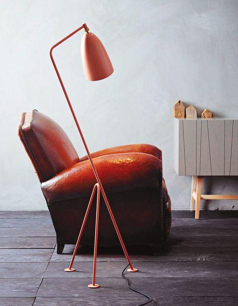 <p>De izda. a dcha., <strong>sillón</strong> tipo inglés de piel envejecida, 100x90, al. 90 cm, 1.628 €, en Batavia; <strong>lámpara de pie,</strong> modelo Grässhoppa, diseñada por Greta Grossman y producida por Gubi, 665 €, con base de trípode en acero tubular, brazo flexible y pantalla que rota 360º, y <strong>aparador</strong> Vass V40:135 ST, lacado en tono Mole con patas en roble P4, mide 135x40, al. 72 cm, 1.943 €, obra de Claesson Koivisto Rune para Asplund.</p>