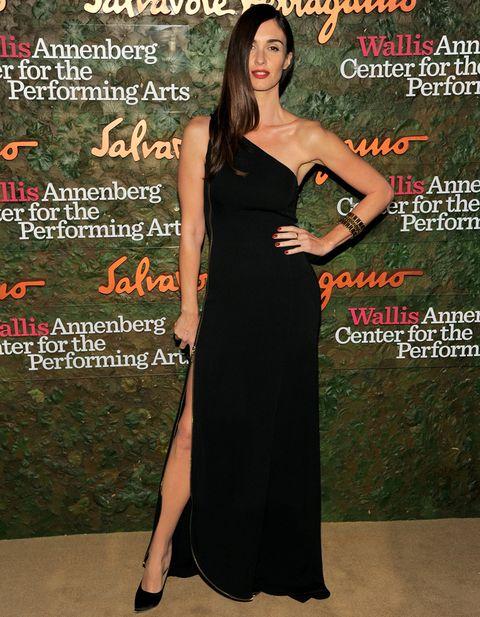 <p>Toda una diva <strong>Paz Vega</strong> con este look estilo años 40 con un vestido negro asimétrico de <strong>Ferragamo</strong>, salones del mismo color y brazalete dorado. Nos gusta su peinado con melena ladeada con ondas y el color rojo de sus labios.&nbsp;</p>