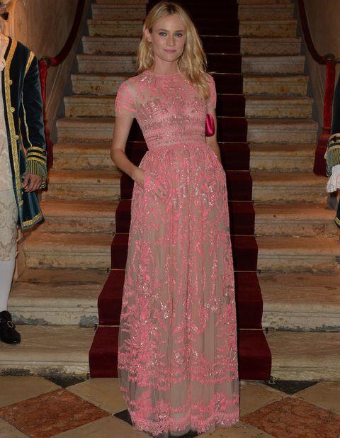 <p>Si hay una celebrity que luzca un <strong>Valentino</strong> esa es <strong>Diane Kruger</strong>. Espectacular con este modelo rosa bordado con manga corta al que añadió un clutch rosa flúor a juego con su manicura.</p>
