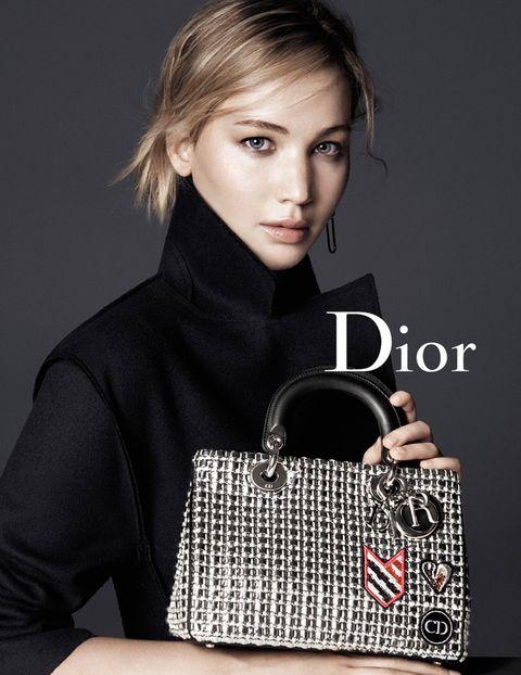 <p>Jennifer Lawrence de negro con bolso metalizado.</p>