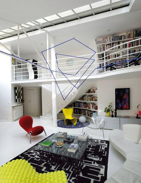 <p>Son los objetivos que el artista Felice Varini buscó con su composición azul, que utiliza las tres dimensiones para dibujar formas planas. La perfecta perspectiva se aprecia desde el salón, decorado con muebles del más puro diseño contemporáneo.</p>