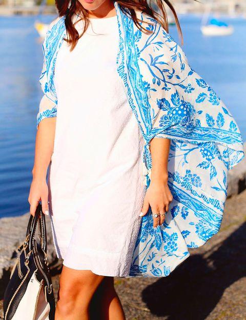 <p>Con un simple nudo, dos prendas. Originalmente un pañuelo grande en tonos azules, y con dos nudos, un kimono que transforma el look.</p>