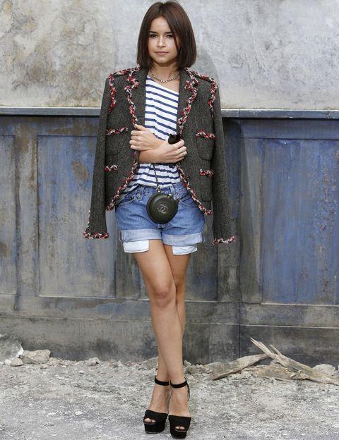 <p>Muy marinera <strong>Miroslava Duma</strong> con las típicas rayas de <strong>Chanel</strong> en el desfile de la firma. Muy acertada su combinación con short denim, chaqueta de tweed y sandalias más bolso XS, ambos en negro.</p>