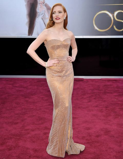 <p>Sencillamente impresionante la actriz <strong>Jessica Chastain</strong> con este diseño de estilo bustier en color dorado con hilos plateados y escote palabra de honor de<strong> Armani Privé.</strong></p>
