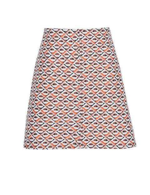 <p>Hay más faldas, quizá te guste más otro tipo, pero si hay una que siempre favorece es la que tiene corte trapecio. Ésta es de <strong>Pull&amp;Bear</strong>.</p>