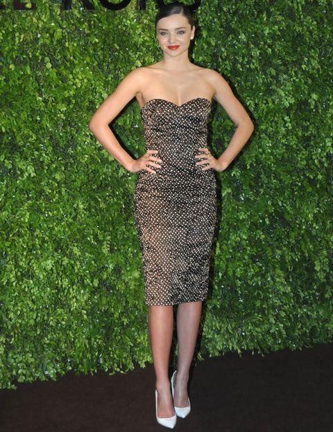 <p>Miranda Kerr escogió un vestido de escote corazón con topos blancos a juego con sus zapatos, de la colección Primavera 2014.</p>