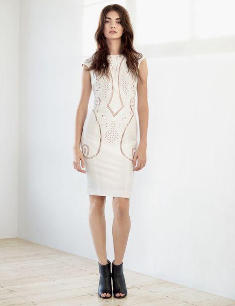 <p>Vestido sin mangas en tono blanco roto, con diferentes calados que acentúan la silueta femenina. Un look de aire étnico, acompañado por unos 'peep toes' de piel edición limitada.</p>