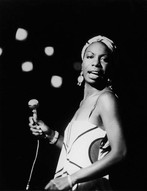 """<p>Otra de las últimas producciones que han salido a la palestra es la dedicada a la cantante (y activista) <strong>Nina Simone</strong>. Bajo el título <i>What Happened, Miss Simone?</i> se congratula a una de las artistas más influyentes del <i>jazz</i> y del<i>&nbsp;soul</i> con una mirada profunda que va más allá de su figura como diva musical.</p><p>La investigación trata de sacar a relucir todos los conflictos a los que se tuvo que enfrentar&nbsp;Eunice Waymon (su nombre real) por ser afroamericana. Además de convertirse en una diva musical, también se convirtió en una artista comprometida y luchadora por la libertad de su pueblo. Testimonios de su hija Lisa, de su director musical (Al Schakman), datos de sus orígenes humildes en un pueblo de Carolina del Norte, de sus primeros éxitos en NY o de su exilio a Europa documentan este <i>biopic</i> apasionante, que demuestra la fortaleza interior de una mujer movida por la defensa de su propia identidad.</p><p><strong>Tráiler:</strong> <a href=""""https://www.youtube.com/watch?v=moOQXZxriKY"""" target=""""_blank"""">What Happened, Miss Simone?</a> (2015).</p>"""