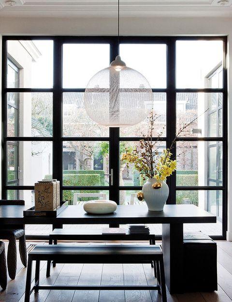<p>La lámpara <i>Non Random</i>, de Bertjan Pot para Moooi, ilumina el comedor. En la mesa, jarrón con orquídeas <i>Delft Blue 6,</i> de Marcel Wanders para Moooi, y cajas chinas de Mary Waters.</p>