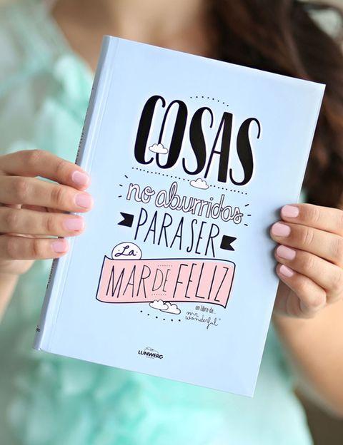 """<p> <a href=""""http://www.mrwonderfulshop.es/es/libro-cosas-no-aburridas-para-ser-la-mar-de-feliz.html"""" target=""""_blank"""">Cosas no aburridas para ser la mar de feliz, 15 €.</a><br />Como sus mismos autores de Mr Wonderful comentan: El libro es un libro sencillo, sin pretensiones literarias que lo único que pretende es hablarte como un amigo entre cervezas: &quot;ey venga no estés de bajón que todo tiene arreglo&quot; o &quot;ey venga a alegrarse que la vida son dos días&quot;. Pues, debe haber mucha gente con esa actitud porque sigue entre los más vendidos</p>"""
