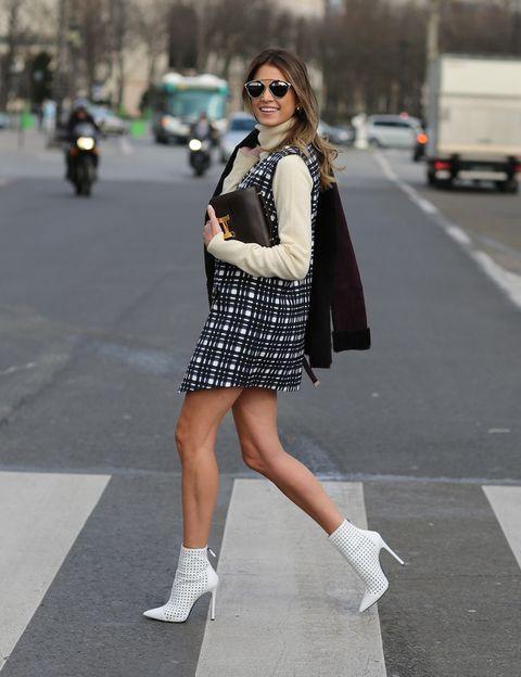 <p>Un minivestido retro años 60, básico para esta temporada, y los colores blanco y negro, arman un 'outfit' que Helena Bordon completa con una cartera clásica de piel.</p>