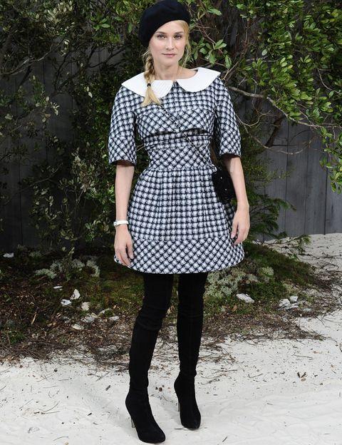 <p>La actriz se apunta también a la tendencia de las botas thigh high con este modelo en negro que combina con un original vestido de <strong>Chanel</strong> de estilo lady a cuadros con cuello bebé.</p>