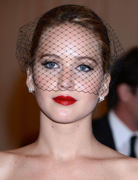 <p><strong>Jennifer Lawrence</strong> apostó por un look clásico con ojos delineados en negro, labios rojos y velo de redecilla. </p>