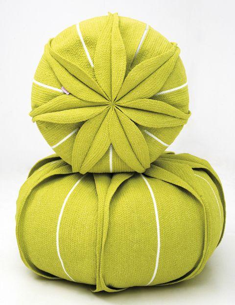<p>Inspirados en las formas de una flor que crece en las selvas tropicales de Brasil, pufs Euchanis, de 50 y de 70 cm de diámetro, de la firma portuguesa <strong>Darono. </strong>¡Fantásticos! </p>