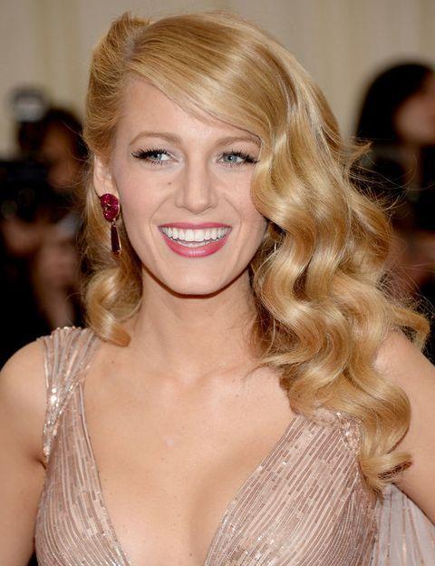 <p>Es una de las reinas indiscutibles de la alfombra roja: <strong>Blake Lively</strong> acertó con un peinado de estilo 'vintage', pestañas XL y labios en color rosa.</p>