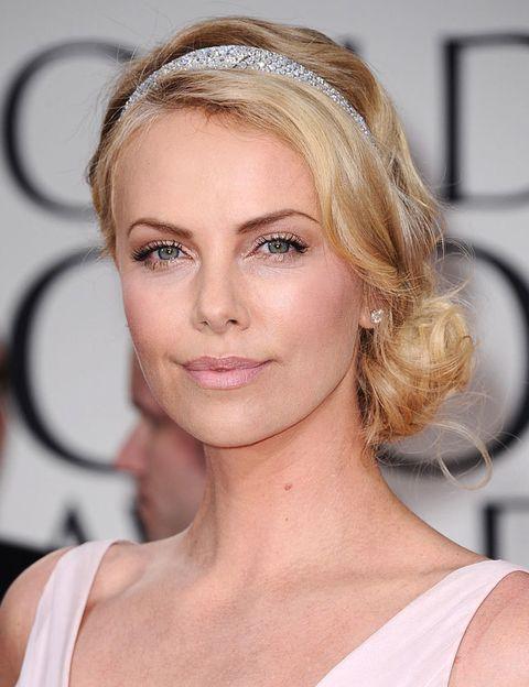 <p>Nos encanta este look 10 de <strong>Charlize Theron</strong>, también como peinado para una novia; moño bajo ladeado y diadema de <i>strass</i>. El maquillaje, mejor en tonos suaves como el de Charlize.</p>