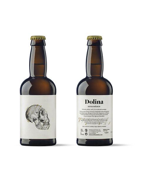 """<p>La cerveza <strong>Dolina</strong>, que hace referencia a la Gran Dolina (yacimiento de la Sierra de Atapuerca en Burgos), es un buen ejemplo de fusión del sabor y de la creatividad. Creada con &quot;el afán de búsqueda del hombre y la certeza de que siempre hay algo por descubrir&quot;, según esta fábrica burgalesa.</p><p>En la parte delantera se puede ver el cráneo del <i>Homo Heidelberguensis </i>(el mejor conservado del mundo), y en el reverso, se puede leer su historia. Elaborada al estilo típico alemán llamado&nbsp;<i>Kölsch</i> (fermentación a altas temperaturas y madurez de la bebida a baja temperatura), su sabor es refrescante, ligero y algo afrutado. <strong>+info:</strong> <a href=""""http://cervezadolina.com/"""" target=""""_blank"""">cervezadolina.com</a>.</p>"""