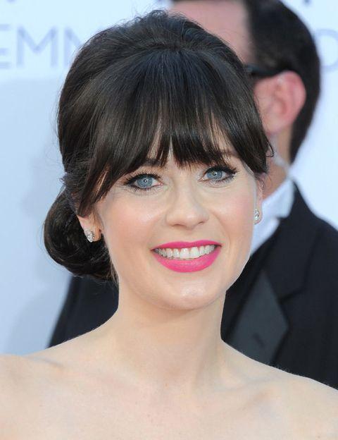 <p>Al igual que Emily y Ginnifer, <strong>Zooey Deschanel</strong> tiene la piel y los ojos claros, un lienzo ideal para un tono de labios rosa subido.</p>